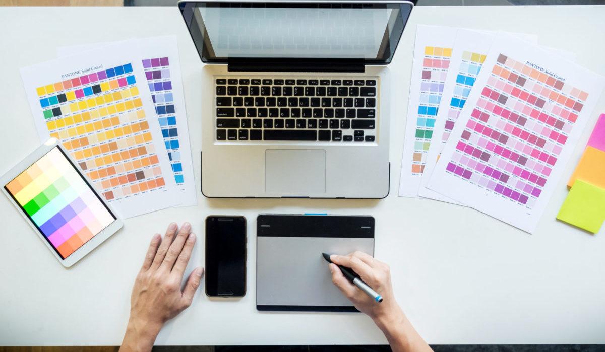 diseñador gráfico con tablet