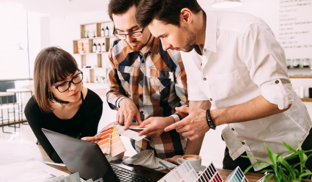 diseñadores gráficos realizando proyecto