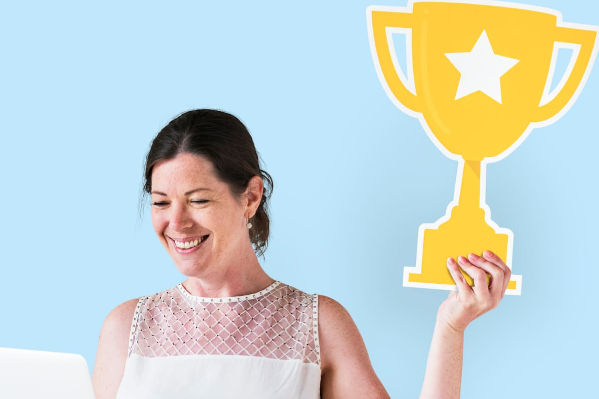 mujer sostiene trofeo